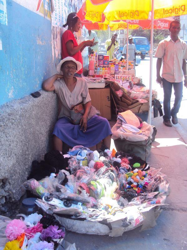 Une vendeuse de rue dans la capitale. Lucie Guimier, février