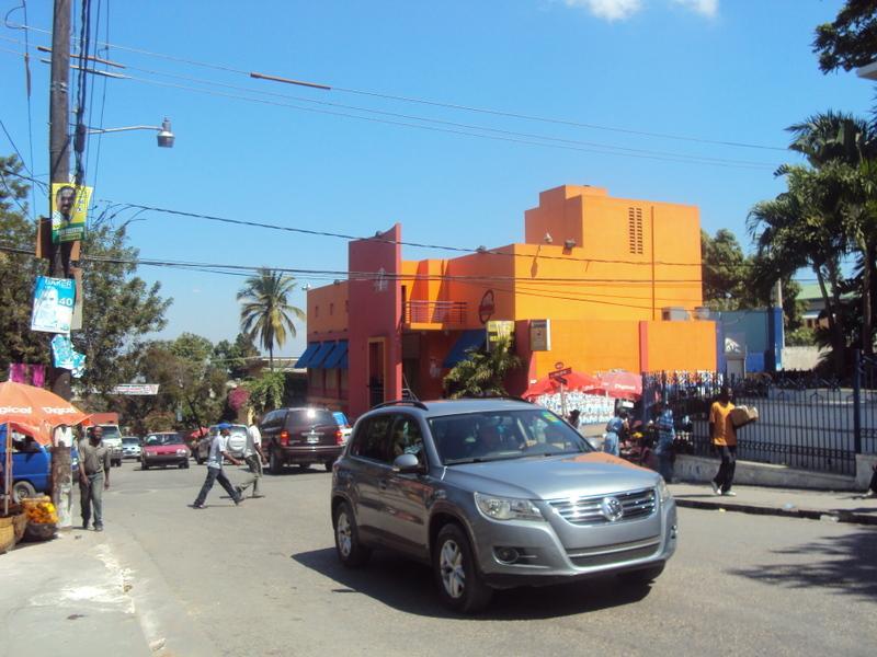 Une rue de Pétion-Ville : le contraste d'avec Port-au-Prince est saisissant (bâtiments colorés, très peu de bâtiments effondrés). Lucie Guimier, février 201.