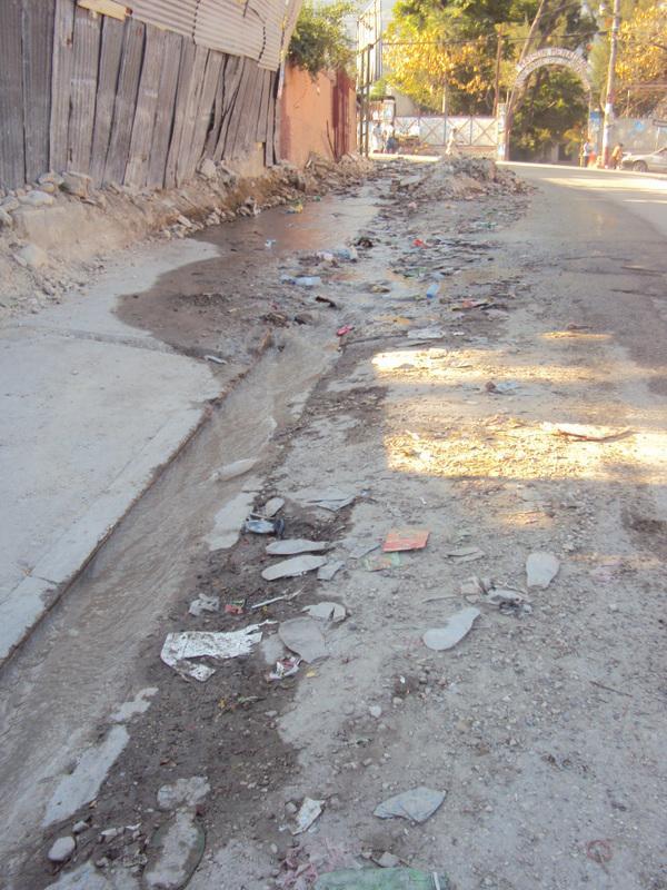 À Port-au-Prince, les rues, les fossés, et les cours d'eau recueillent les immondices; la ville expose une insalubrité inquiétante en temps d'épidémie. Lucie Guimier, février 2011.