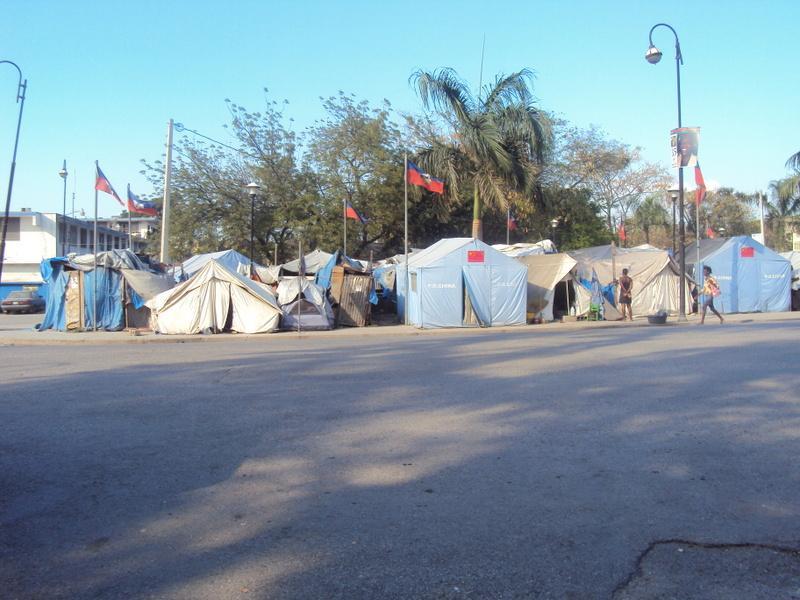 Le camp du champ-de-mars, face au palais présidentiel. Ici, une tente « griffée » Public Republic of China sous le drapeau haïtien. Photographie Lucie Guimier, février 2011.