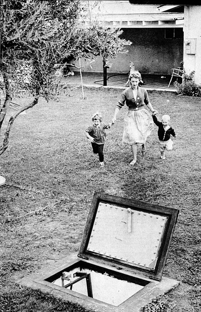 Légende : « War Games, 1961 » (Photo : Wide World), American Heritage, février-mars 1980, p 84 (Crédits : Courtesy of Beatriz Colomina)