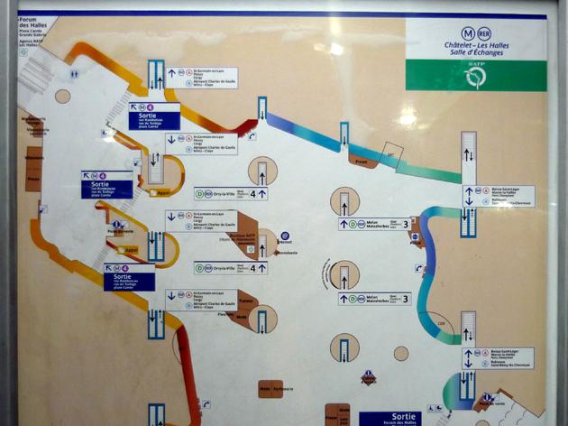 Carte de la salle d'échange principale du pôle de Châtelet-les-Halles. Moitié Nord-Ouest. (Source : Photo, MT -2005 / Carte, RATP)