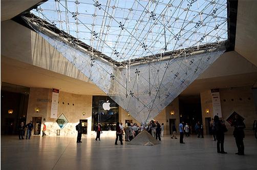 Pyramide inversée qui éclaire les circulations du Carrousel du Louvre (Source : Carrousel du Louvre)