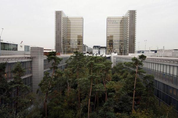 Vue plongeante permettant de comprendre le jeu des volumes entre les tours et les jardins enterrés afin de créer des espaces de calme pour les salles de travail (Source : L'Express - AFP/Kenzo Tribouillard)