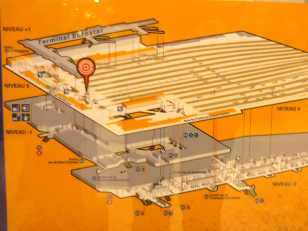 Plan d'orientation de la Gare du Nord. (Source : Photo, MT, 2005 / Carte, SNCF)