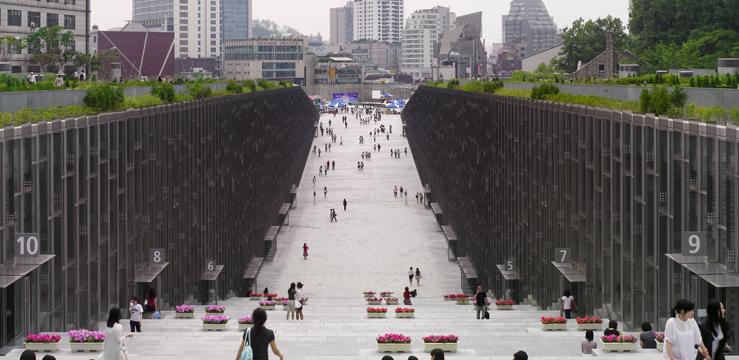 L'université se développe en souterrain. L'espace public dégagé permet de faire le lien entre différentes parties de la ville (Source : Dominique Perrault Architecture)