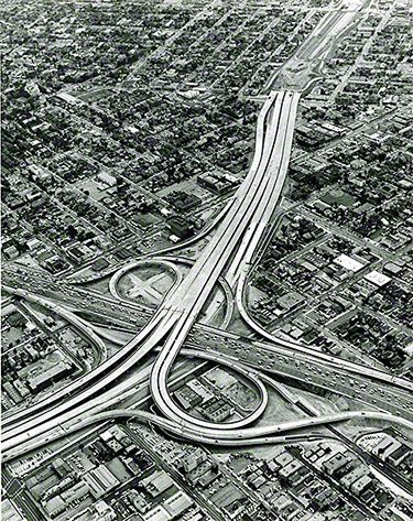 Echangeur de la Santa Monica Freeway (Interstate 10) et de l'Harbor Freeway (Interstate 110) dans Downtown Los Angeles (Source : Dave Packwood, 1962, Automobile Club of Southern California Archives/Getty Museum)