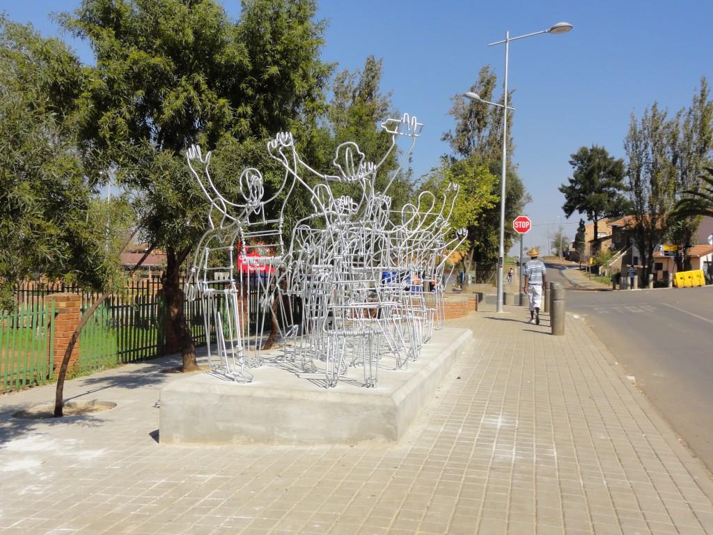 La sculpture des émeutes de 1976, une œuvre pour touristes ? (© P. Guinard, mai 2010)