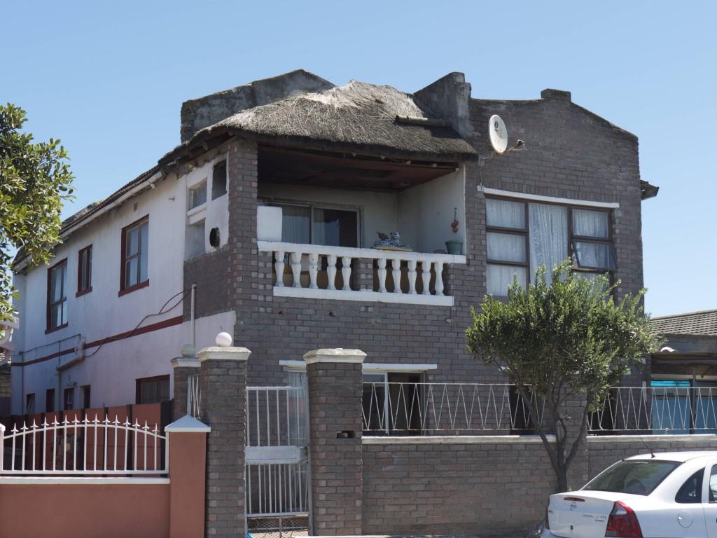 """Gentrification interne - transformation ostentatoire d'une """"matchbox"""" (maison boite d'allumettes), Gugulethu, Cape Town, mars 2013 (M. Houssay-Holzschuch, Photographies réalisées dans le cadre du programme de recherche PERISUD - ANR n°Suds-07-046)"""