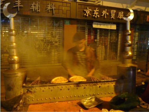 Vendeur de brochette près des Jardins Yu, district de Huangpu, Shanghai (Justine Rochot)