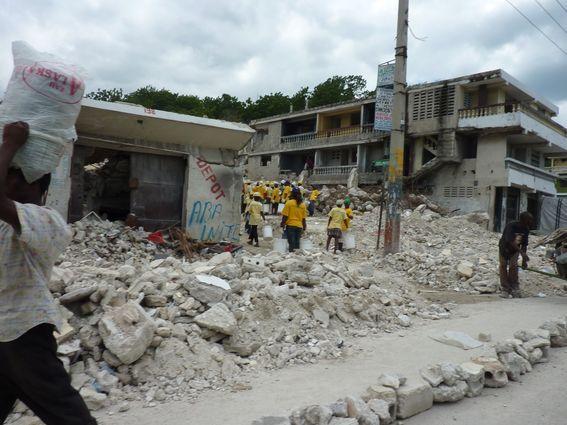Ville /éboulis : équipe de déblaiement payée en Cash for work par l'aide internationale, (Boyer, 2010)