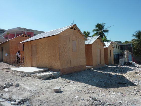 Installation d'abris provisoires On ne reconstruit pas une ville en posant des petites maisons précaires côte à côte Port au Prince, (Boyer, 2011)