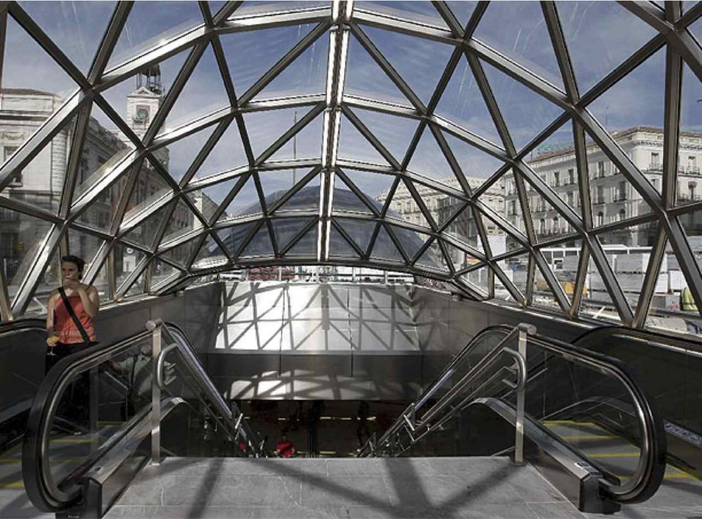 Une grande verrière aux formes arrondies émerge de la place dans la nouvelle configuration 2009. Elle constitue un puits de lumière pour les étages inférieurs et, en même temps, intègre visuellement le paysage urbain de la place, ses façades dans l'espace du transport. (Source : Comunidad de Madrid).