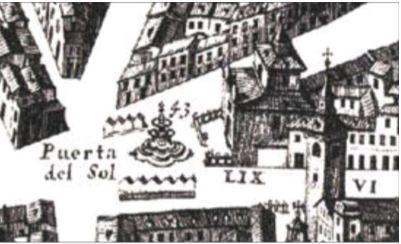 La Puerta del Sol, sur le plan de Teixeira datant de 1656, laisse apparaître l'église de Buen Suceso et les bâtiments hospitaliers, mais l'affirmation d'un carrefour important apparaît déjà avec la fontaine monumentale. La carte de Don Pedro Teixeira est constituée de 20 planches, qui, assemblées, décrivent l'espace urbain avec grande précision. (Source : Guía del plano de Texeira, 1656, Manual para localizar sus casas, conventos, iglesias, hueras, jardines, puentes, puertas, fuentes y todo lo que en él aparece, (420 p.) 2007 Madrid Ed. La Librería.)