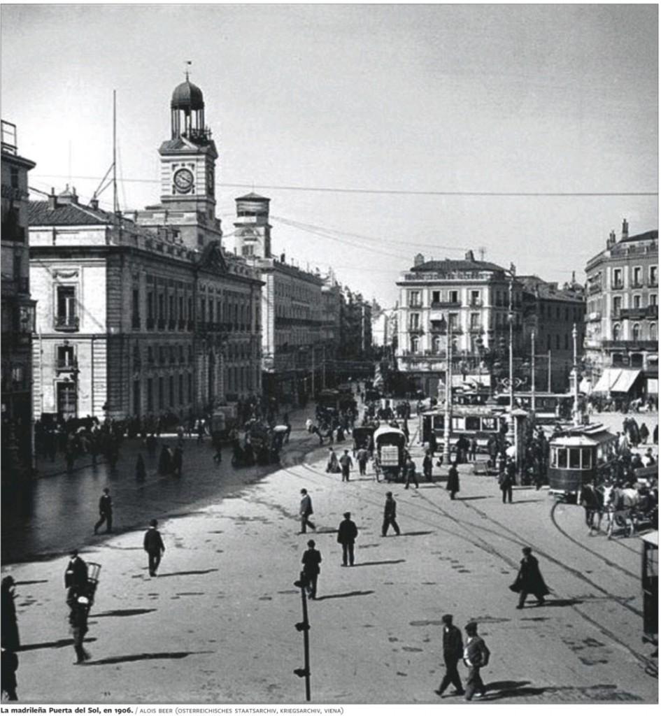 En 1906, la place est bien au carrefour des plus belles avenues de Madrid, mais elle paraît largement encombrée de voitures et de voitures à cheval, ainsi que de lignes de tramways (qui disparaitront au début des années 1950). Les piétons traversent de manière anarchique. (source : Alois Beer, Osterreichische Staatsarchiv, Vienne).
