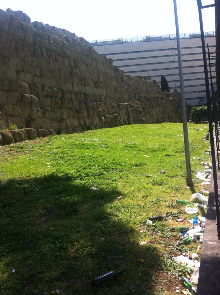 Ordures et ruines dans un jardin inaccessible. Gare de Termini (juin 2013, source Cervelli)
