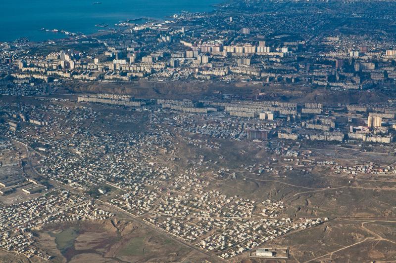Vue aérienne de Zig, la banlieue est de Bakou, les habitats collectifs soviétiques organisés en micro-raïon autonome juxtaposés aux maisons récentes de l'extension urbaine. http://www.panoramio.com/photo/70503671 (A. Cheban 2012)