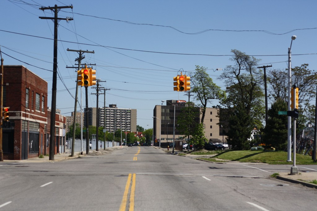 Une avenue vide dans le quartier de North End à Detroit (Paddeu, 2012).