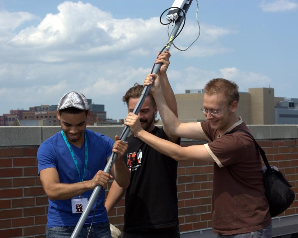 Preston Rhea – Licence CC BY-SA 2.0. Montage d'un routeur (antenne) MESH-Wi-Fi installé sur un toit du quartier de MidTown à Détroit, juin 2011.