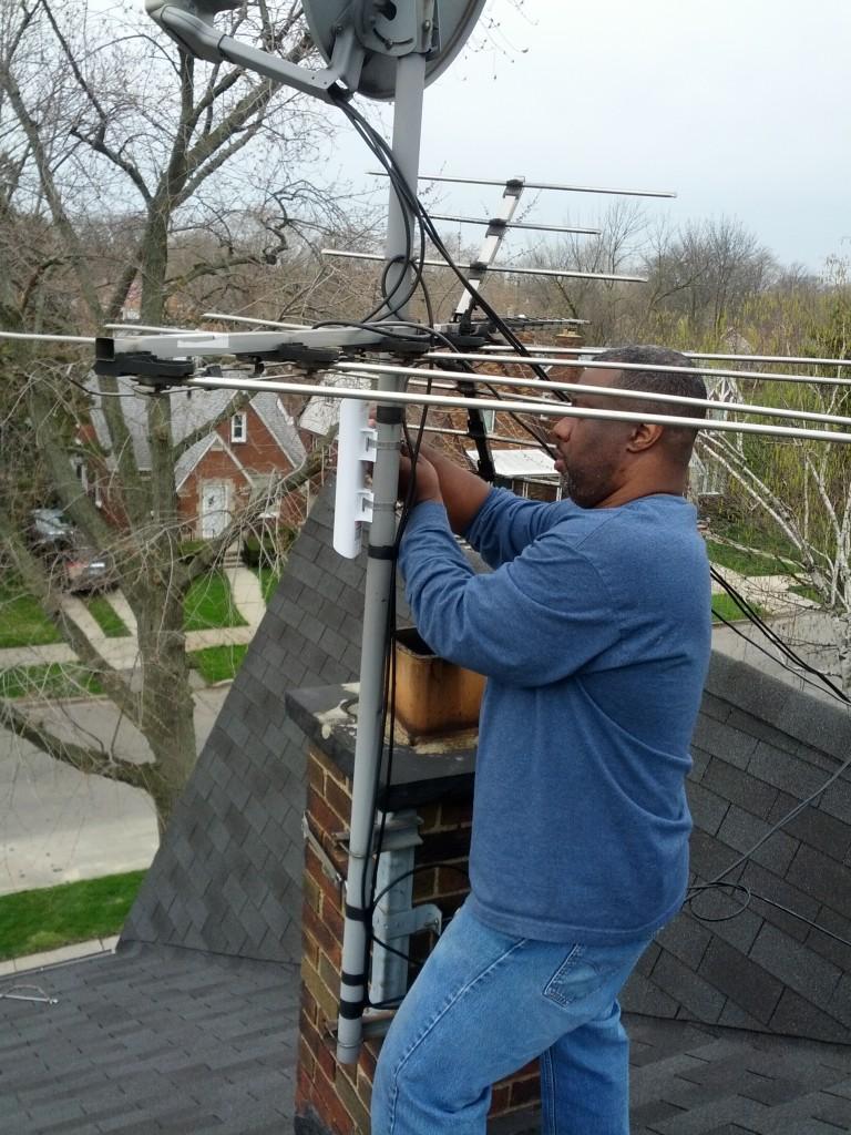 Preston Rhea – Licence CC BY-SA 2.0. Montage d'un routeur (antenne) MESH-Wi-Fi sur une antenne de télévision. Groupe Morning Sides MESH (juin 2011).