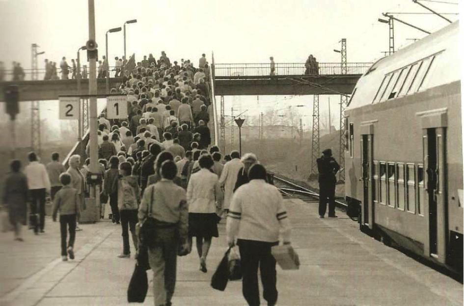 La station de S-Bahn de Grünau en 1985, un quartier jeune et dynamique (Schönfelder, M.-K., & Kirschner, H. (2006). Grünau Fotolesebuch. Pro Leipzig.)