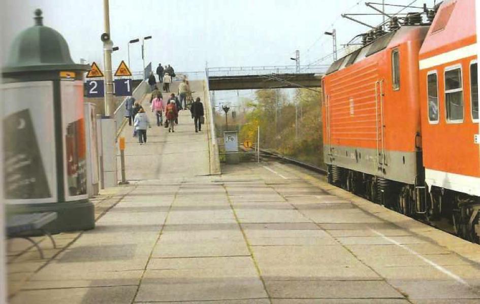 La station de S-Bahn de Grünau en 2005, déclin démographique et vieillissement (Schönfelder, M.-K., & Kirschner, H. (2006). Grünau Fotolesebuch. Pro Leipzig.)