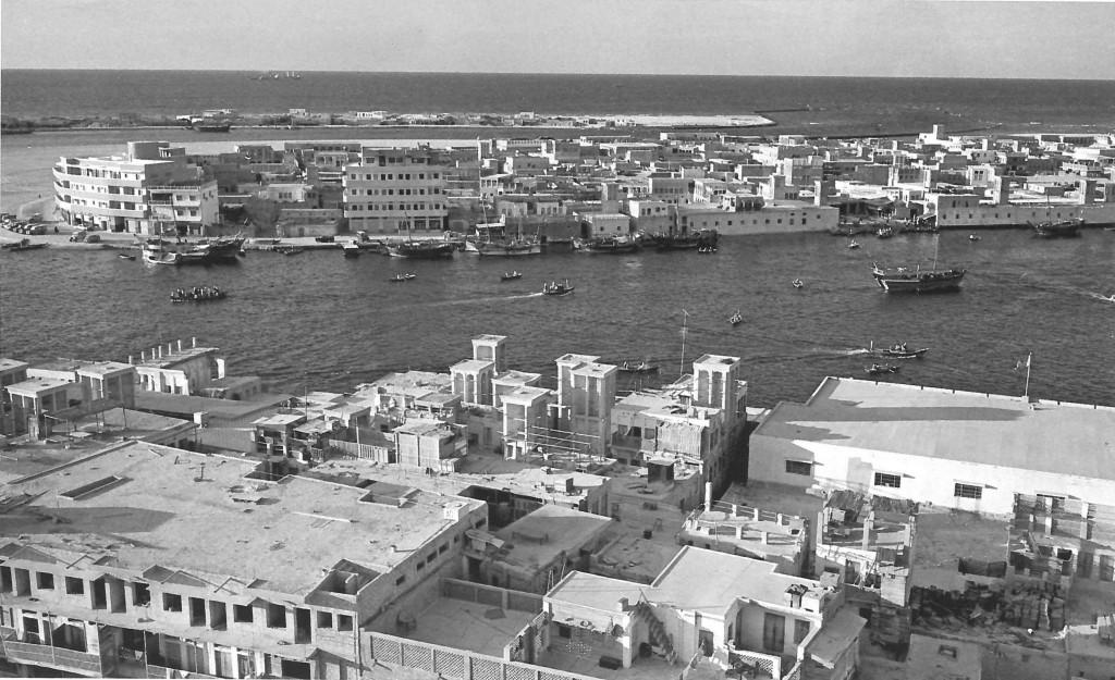 Le passage de la crique sur une abra entre Deira et Bur Dubaï, photographie de Yoshio Kawashima (Kawashima, Shimbun et Makishima-Akai, 1968)