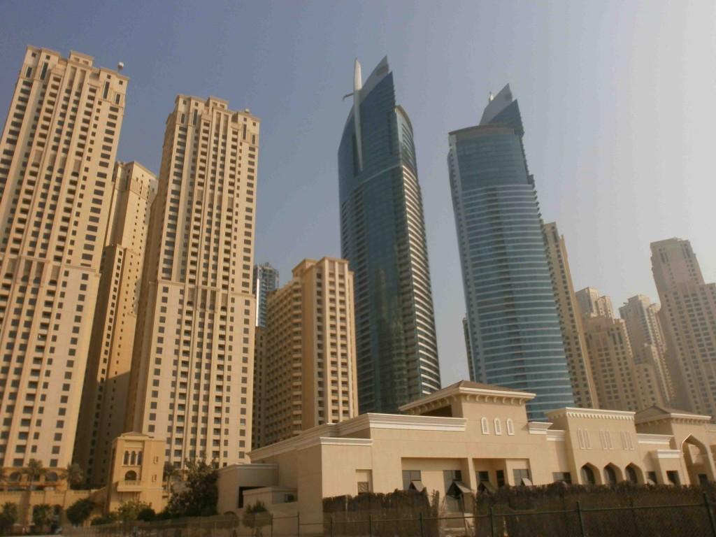 Vue sur les Résidences de la route de Jumeirah (JBR) et sur les gratte-ciels de la Marina de Dubaï (Montagne, septembre 2011)