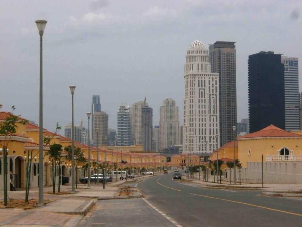 Une résidence récemment livrée par le promoteur immobilier à Jumeirah Park , au second plan les immeubles de grande hauteur de Jumeirah Lake Towers (C. Montagne, mai 2013)