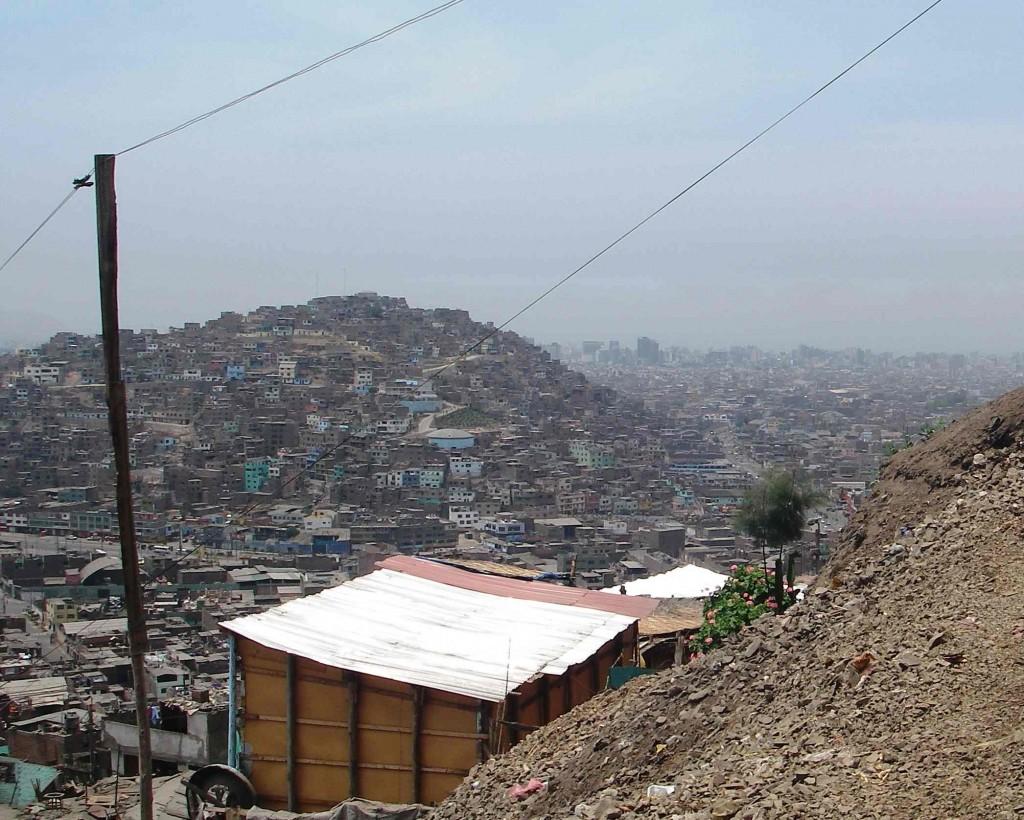 Le centre des affaires, au loin, vu depuis un quartier populaire sur les collines du centre ancien de Lima (J. Robert, 2009)