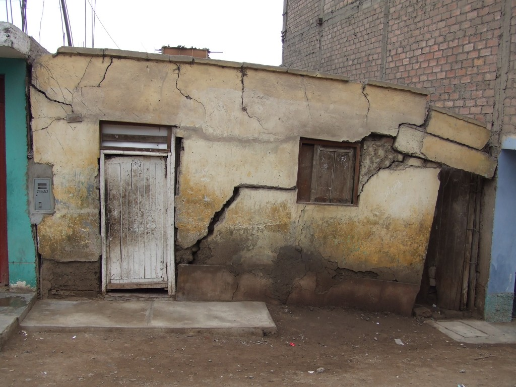 Logement dans un des quartiers populaires du centre de la ville après le séisme de Pisco en 2007 (J. Robert, 2008)