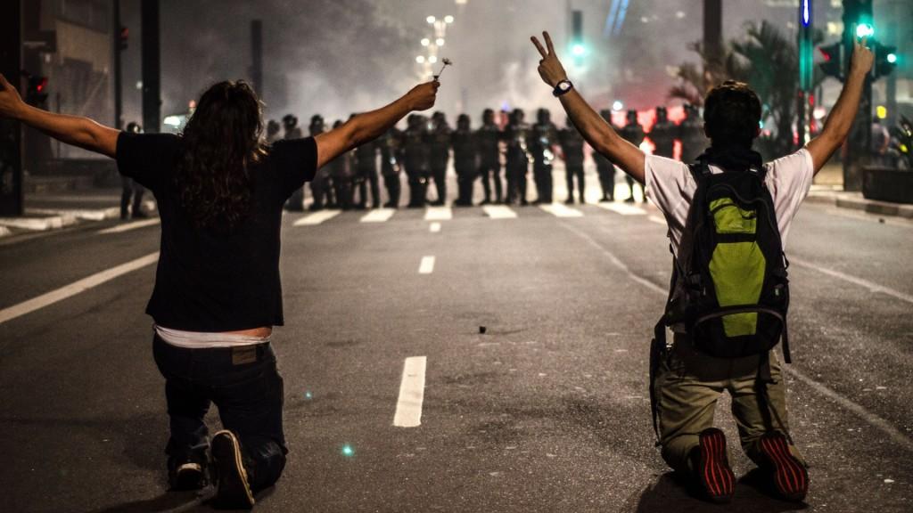 Manifestants à genoux devant les forces de l'ordre (Photo: Gustavo Basso/UOL, 11/06/2013)