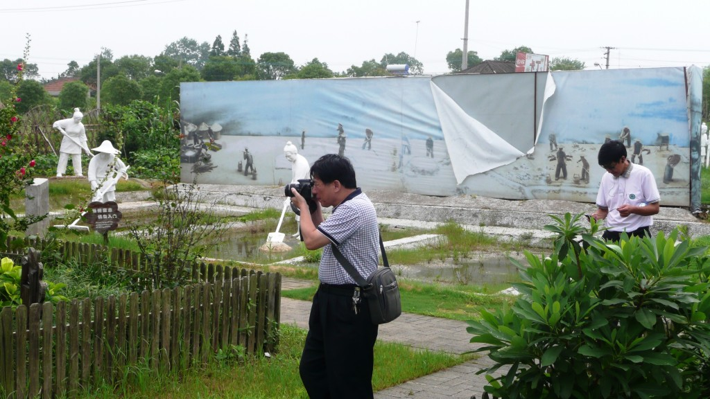 Touriste shanghaien photographiant une scène rurale reconstituée dans le village de Qianwei sur l'île de Chongming (E. Véron, 2012).