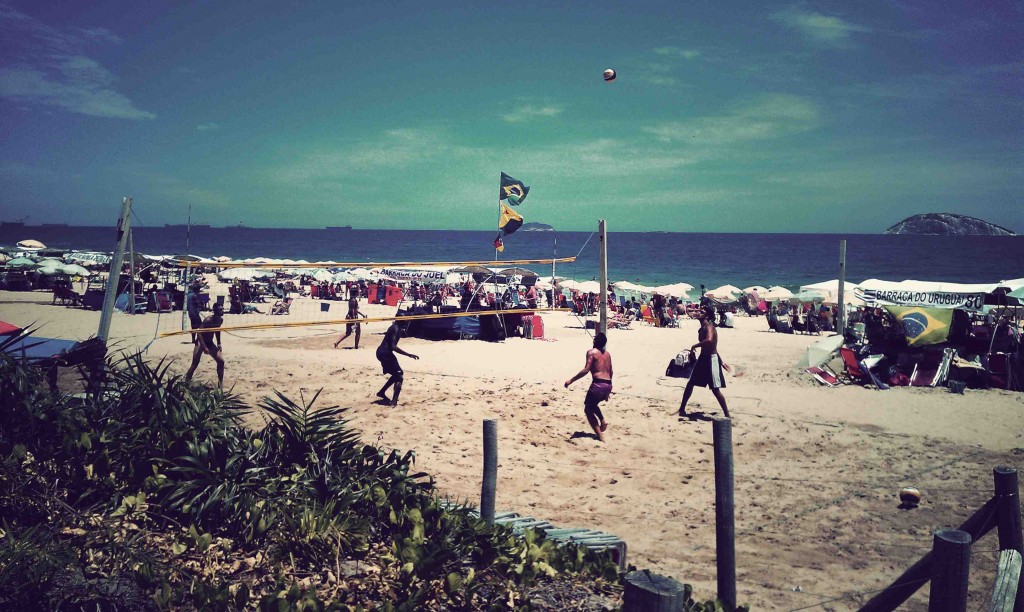 Des hommes jouant au beach volley sur Ipanema (Brisson, 2013)