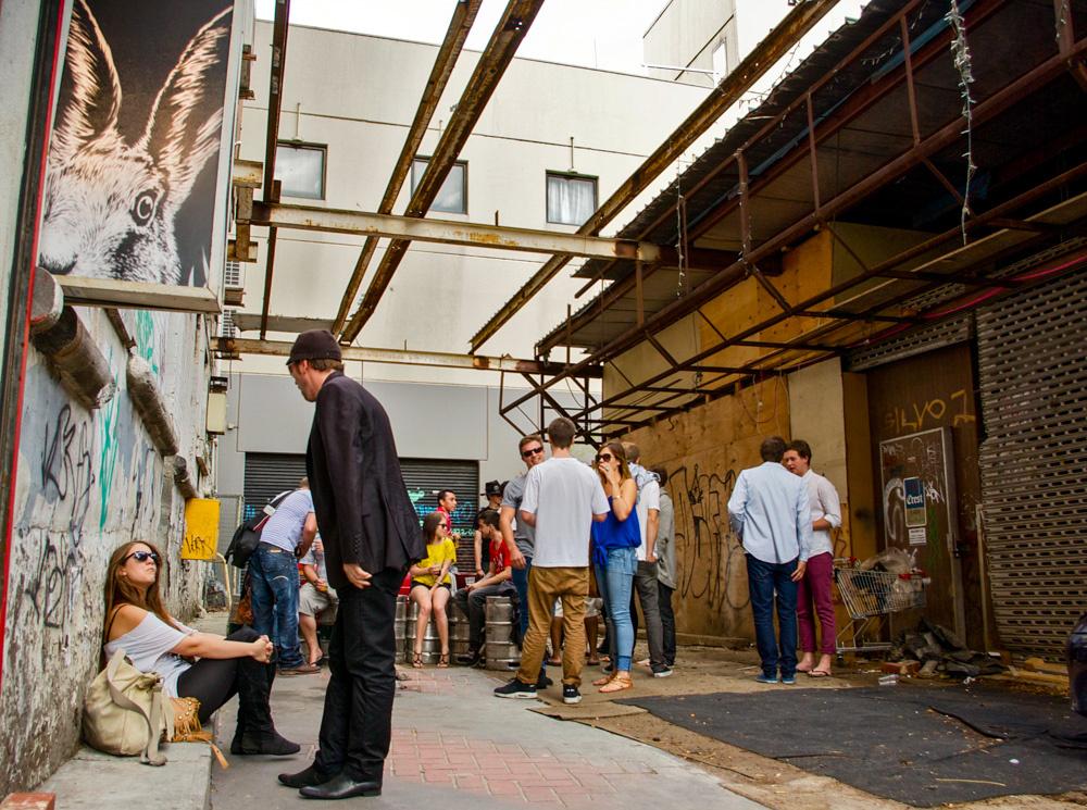 11. Les ruelles de la ville comme interstices « refuge » pour la consommation d'alcool hors du festival (Dorignon, 2012)