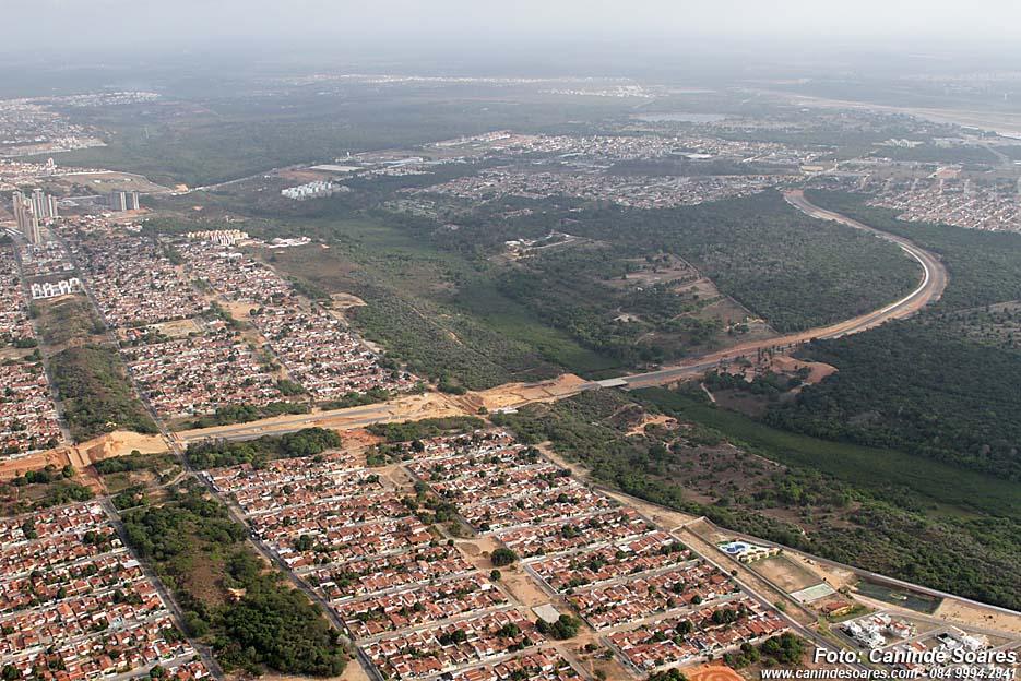 Vue de la zone sud de Natal, indiquant le prolongement de l´Avenue Prudente de Morais, qui longe le stade de football « Arena das Dunas » (Canindé Soares)