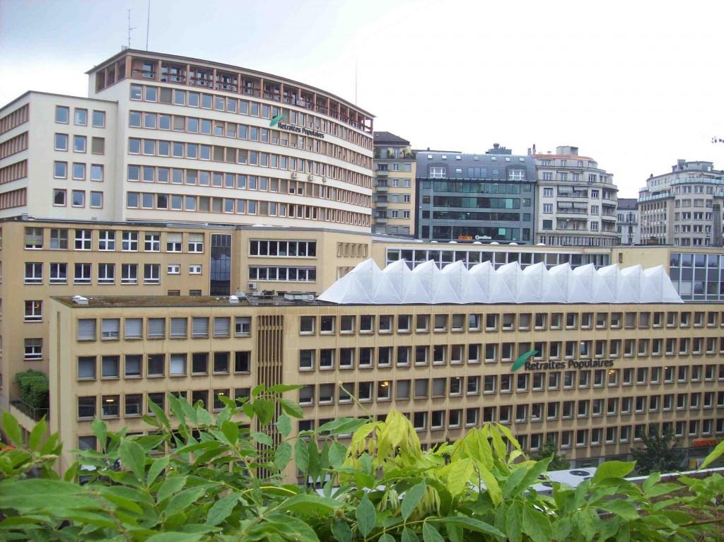 Le potager urbain sous serre, pris sous deux angles différents, donne une affectation à ce qui n'était auparavant qu'un toit (Francou, 8 juillet 2014).