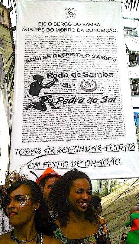 Voici le berceau de la samba, au pied du Morro da Conceição. Ici on respecte la samba ! Roda de samba de la Pedra do Sal. Tous les lundis. « Comme une prière » (Roda de Samba da Pedra do Sal, 14/05/2012 )