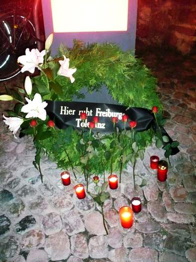 «Hier ruht Freiburg Toleranz» (traduction française: «Ici repose la tolérance de Freiburg» (Freiburg, 2009)
