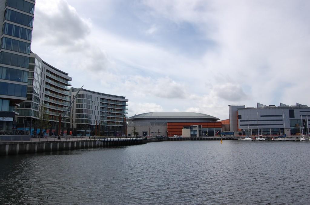 À gauche, les appartements nouvellement construits, avec vue sur la rivière Lagan et la marina; au centre, Odyssey Arena, un complexe commercial, de sports et de loisirs (Schar, 2014)