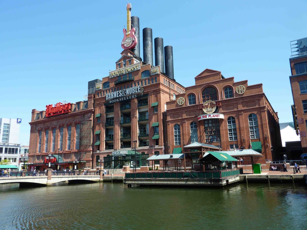 4 Une librairie Barnes and Noble et un Hard Rock Cafe se partagent l'ancienne usine « Power Plant » (Baffico, 2012)