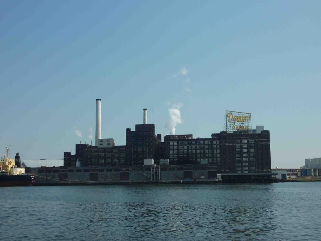 6 L'usine Domino Sugar depuis un water taxi (Baffico, 2012)