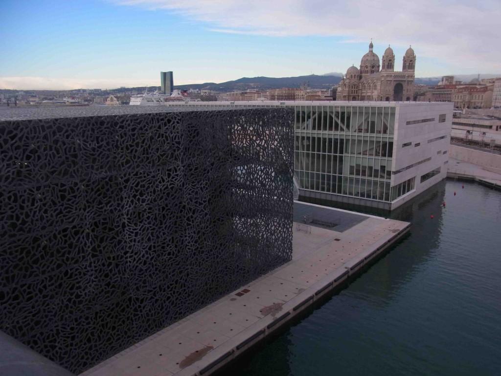 Le MuCEM par l'architecte français Rudi Ricciotti (avec en arrière-plan la tour de la CMA CGM et la cathédrale Sainte-Marie-Majeure) (Mondou, 2014)