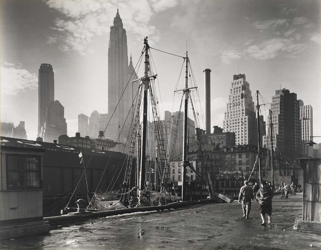 Vue de Manhattan depuis le Fulton Street Dock (Abbott, 1935 © Museum of the City of New York)