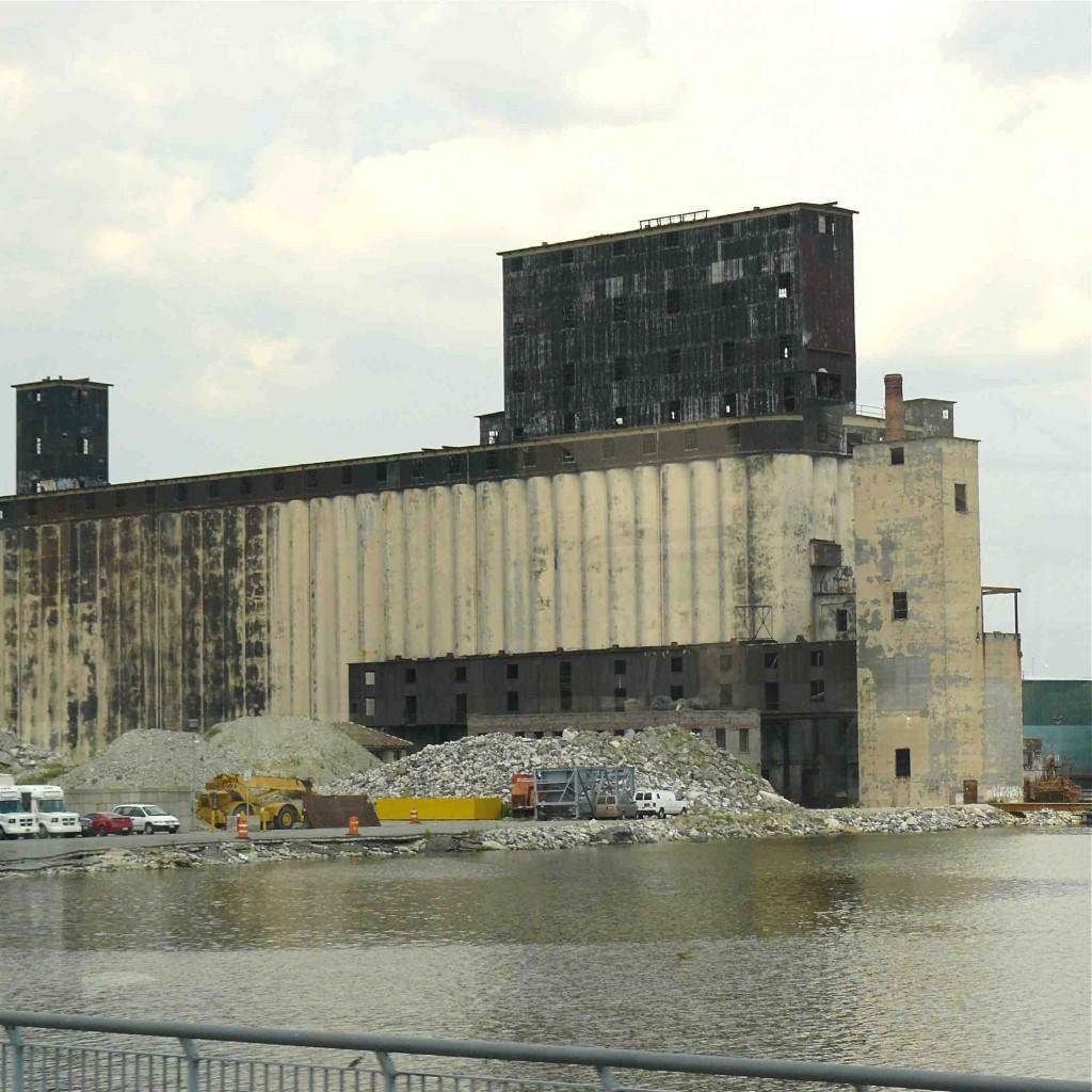 Les friches industrielles se sont multipliées le long de l'East River depuis les années 1980 (Gras, 2011)
