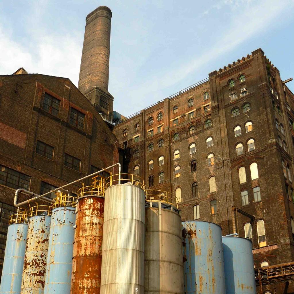 La partie centrale de l'ancienne usine Domino Sugar, dans le secteur de Williamsburg (Gras, 2011)