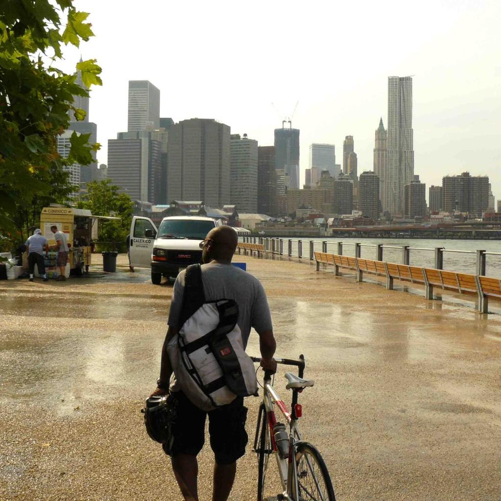 Face à la skyline de Manhattan, l'entrée du Brooklyn Bridge Park (Gras, 2011)