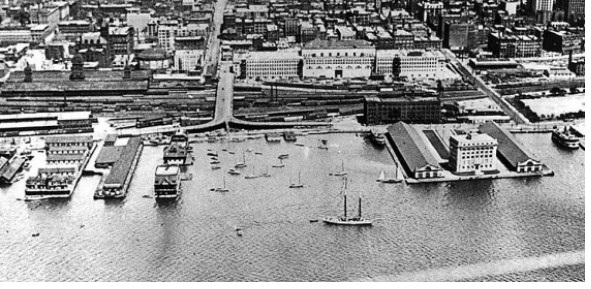 Le port de Toronto en 1918 (source : Détail de Toronto from air, 1918, City of Toronto Archives, Fonds 1244, f1244_it0920, URL : http://www.waterfrontoronto.ca/image_galleries/history_and_heritage/?8112#8128 Consulté le 10 octobre 2014)