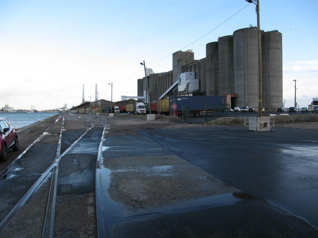 Illustration 6: Silos à grains et à sucre du terminal céréalier, route du Môle central. Grues et aspirateurs ont été démontés (Pierre Thorez, 2014).