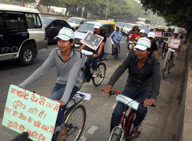 Illustration 3: défilé cycliste en soutien au BRTS. La pancarte porte un slogan soulignant le rôle des divisions de classe dans le débat: «Alors que le réchauffement climatique frappe la planète, on promène le chien dans la voiture climatisée de Madame» (Source: The Hindu, 2009)